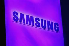 Imagen de archivo del logo de Samsung exhibido en un conferencia de prensa en la Feria de Consumo Electrónico de Las Vegas, ene 7 2013. Samsung Electronics anunció el lanzamiento en octubre de un celular de alta gama con pantalla flexible, en momentos en que el principal fabricante mundial de teléfonos inteligentes trata de mantener el ritmo de innovación y su supremacía en un mercado tremendamente competitivo. REUTERS/Rick Wilking