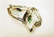 Скомканная долларовая купюра в Торонто 22 октября 2008 года. США исчерпают способность к заимствованию не позднее чем к 17 октября и к этому моменту будут иметь на руках всего около $30 миллиардов, сказал в среду министр финансов Джек Лью. REUTERS/Mark Blinch