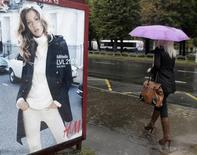 Fort du succès de ses collections d'été, Hennes & Mauritz (H&M) a publié jeudi des résultats supérieurs aux attentes qui tranchent avec la déception des trimestres précédents et qui alimentent un bond de son cours de Bourse. /Photo prise le 25 septembre 2013/REUTERS/Ints Kalnins