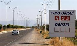 Указатель с ценой дизельного топлива близ турецкого города Кирихан 12 сентября 2013 года. Аналитики прогнозируют снижение цен на нефть в два ближайших года с учетом ослабления геополитической напряженности, роста поставок и слабого повышения спроса. REUTERS/Umit Bektas