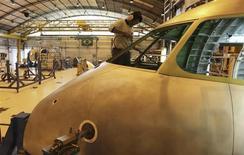 Operários trabalham na linha de montagem da sede da Embraer em São José dos Campos, São Paulo. Trabalhadores da fábrica da Embraer em São José dos Campos (SP) rejeitaram nesta quinta-feira proposta de reajuste salarial de 6,07 por cento feita pelo setor aeronáutico, informou o sindicato local. 14/05/2013. REUTERS/Nacho Doce