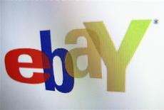 Imagen de archivo del logo de eBay en un monitor en Encinitas, EEUU, abr 16 2013. eBay está poniendo un pie en Brasil con una aplicación móvil para comprar prendas de moda, un tímido primer paso del gigante estadounidense del comercio electrónico en uno de los mercados más atractivos y complejos del mundo emergente. REUTERS/Mike Blake