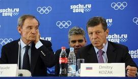"""Jean-Claude Killy, chefe da Comissão de Cordenação do COI que monitora o progresso da organização da Olimpíada de Sochi de 2014, e o vice-premiê russo, Dmitry Kozak, realizam coletiva de imprensa, em Sochi. O Comitê Olímpico Internacional (COI) elogiou nesta quinta-feira as preparações da Rússia para a Olimpíada de Inverno em Sochi, dizendo que as sedes esportivas estão prontas e que os jogos serão uma """"experiência fabulosa"""". 26/09/2013. REUTERS/Nina Zotina"""