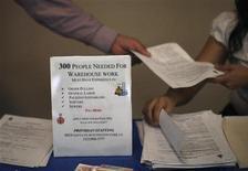 Unos representantes de la firma Providian Staffing ofrecen empleos a postulantes en la feria laboral Skid Row en Los Angeles, EEUU, mayo 31 2012. El número de estadounidenses que presentaron nuevas solicitudes de subsidios por desempleo cayó la semana pasada a casi un mínimo nivel en seis años y apuntaló el argumento para que la Reserva Federal reduzca su programa de estímulos. REUTERS/David McNew
