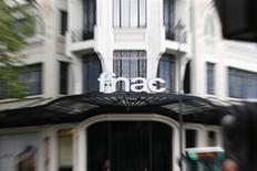 La Fnac a annoncé jeudi la suppression de 180 postes en France chez ses disquaires afin d'adapter ses effectifs à un marché en continuel déclin depuis plus de dix ans. Le distributeur de produits culturels, qui emploie aujourd'hui 800 personnes dans le disque en France, précise ne pas être parvenu à un accord avec les organisations syndicales. /Photo prise le 20 juin 2013/REUTERS/Charles Platiau