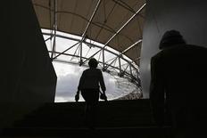 Ouvriers sur un site à Brasilia pour la Coupe du monde. Le taux de chômage au Brésil a baissé en août, pour le deuxième mois d'affilée, et les salaires ont augmenté par rapport à juillet, selon les statistiques officielles publiées jeudi, ce qui prouve que le ralentissement économique au troisième trimestre ne sera peut-être pas aussi brutal que prévu. /Photo prise le 22 mars 2013/REUTERS/Ueslei Marcelino