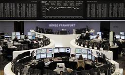 Un grupo de operadores en sus puestos de trabajo en la Bolsa de Comercio de Fráncfort, sep 17 2013. La renovada incertidumbre política en Italia golpeó a la bolsa de Milán el jueves e hizo retroceder ligeramente a los índices bursátiles europeos, aunque la mayoría de los inversores estimaba que las caídas serán de corta vida. REUTERS/Remote/Joachim Herrmann