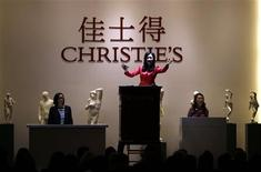 A Christie's moderator facilitates the sale of a piece of artwork during a Christie's auction in Shanghai September 26, 2013. Christie's holds its first sale in China to test the appetite of mainland collectors for artworks from the West. REUTERS/Carlos Barria (CHINA - Tags: BUSINESS SOCIETY)