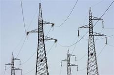 Опоры ЛЭП в Чивитавеккьи 18 июля 2007 года. Российский газовый монополист Газпром, крупнейший в РФ владелец энергоактивов, заинтересовался покупкой электростанций в Италии, сказал заместитель начальника департамента по управлению проектами Газпрома Александр Сыромятин. REUTERS/Max Rossi