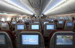 Салон самолета Boeing 787-8 в Хайдерабаде 15 марта 2012 года. Американские авиапассажиры могут в скором времени получить возможность шире использовать мобильные устройства, ноутбуки и планшеты во время полетов: местный регулятор должен на следующей неделе начать рассматривать соответствующее предложение. REUTERS/Krishnendu Halder