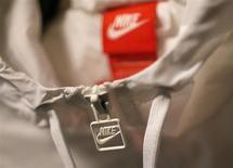 Le titre Nike figure au rang des valeurs à suivre ce vendredi à Wall Street, au lendemain de la publication par l'équipementier sportif de résultats meilleurs que prévu, à la faveur d'une nette progression de ses ventes en Amérique du Nord et en Europe. /Photo prise le 26 septembre 2013/REUTERS/Lucy Nicholson