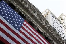 Wall Street a ouvert en baisse vendredi, à l'approche du 1er octobre, date à partir de laquelle l'administration fédérale des Etats-Unis sera incapable de se financer, faute d'un accord sur le budget entre le président démocrate Barack Obama et les parlementaires républicains, majoritaires à la Chambre des représentants. Quelques minutes après le début des échanges, le Dow Jones perd 0,49%,le S&P-500 recule de 0,51% et le Nasdaq cède 0,52%. /Photo d'archives/REUTERS/Jessica Rinaldi