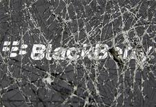 El logo de BlackBerry visto a través de una caja rota en una ilustración gráfica realizada en Zenica, Bosnia-Herzegovina, sep 24 2013. BlackBerry Ltd reportó el viernes una pérdida en el segundo trimestre de casi 1.000 millones de dólares, días después de aceptar una oferta tentativa de compra de 4.700 millones de dólares por parte de su principal accionista. REUTERS/Dado Ruvic