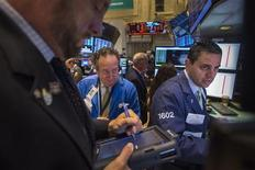 Un grupo de operadores poco después de la apertura del mercado de Wall Street en Nueva York, sep 23 2013. Las acciones estadounidenses caían el viernes, y los índices S&P 500 y Dow Jones se encaminaban a su primer descenso semanal en un mes, debido a que crecía la preocupación sobre la falta de compromiso de legisladores en Washington en las negociaciones sobre la deuda y el presupuesto. REUTERS/Lucas Jackson