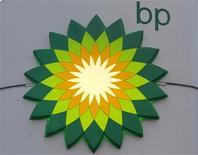 El logo de la petrolera BP en una gasolinera de San Petersburgo, Rusia, oct 18 2012. BP emprenderá la semana próxima una lucha para evitar multas que podrían alcanzar los 18.000 millones de dólares, en una nueva etapa del juicio por el derrame en el Golfo de México que determinará cuánto petróleo escapó al mar en el hecho ocurrido en el 2010 y juzgará sus esfuerzos por controlar la fuga. REUTERS/Alexander Demianchuk