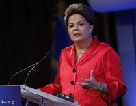 La presidenta de Brasil, Dilma Rousseff, en un evento en Nueva York, sep 25 2013. La presidenta de Brasil, Dilma Rousseff, retomó el viernes su cuenta oficial en Twitter haciendo chistes con el autor de un perfil satírico de la mandataria en redes sociales y usó el microblog para rebatir un reportaje de la revista The Economist que criticó la política económica brasileña. REUTERS/Chip East