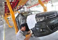 Une usine Dongfeng Peugeot Citroën Automobile à Wuhan, en Chine. General Motors estime que son partenariat avec PSA Peugeot Citroën ne serait pas remis en cause si le groupe français nouait une alliance avec le chinois Dongfeng Motor Group, a déclaré vendredi un haut dirigeant du groupe américain. /Photo prise le 2 juillet 2013/REUTERS/China Daily