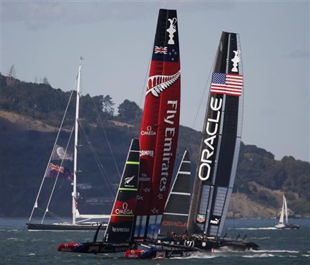 Emirates Team New Zealand (L) sails against Oracle Team USA during Race 19 of the 34th America's Cup yacht sailing race in San Francisco, California September 25, 2013. REUTERS/Stephen Lam