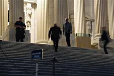 """Sur le smarches du Capitole, à Washington. La Chambre des représentants américaine, dominée par les républicains, a, dans la nuit de samedi à dimanche, ajouté à une loi de financement un amendement qui retarde d'un an la mise en oeuvre de la réforme de l'assurance-maladie connue sous le nom d'""""Obamacare"""", ce à quoi s'oppose Barack Obama. La Chambre des représentants examinait un projet de loi voté vendredi par le Sénat et destiné à assurer jusqu'au 15 novembre le financement des administrations fédérales, afin d'éviter leur fermeture, ou 'shutdown'. /Photo prise le 28 septembre 2013/REUTERS/Jonathan Ernst"""