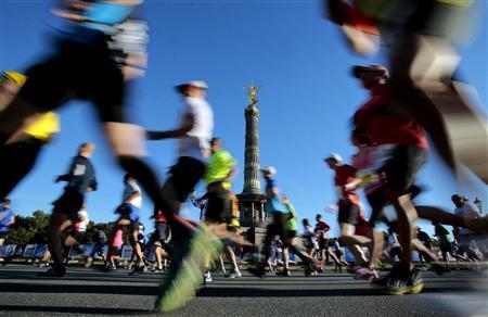Runners compete in the 40th Berlin marathon, September 29, 2013. REUTERS/Tobias Schwarz