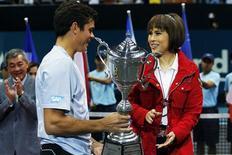 Thai Princess Ubolratana Rajakanya (R) presents the winner's trophy to Milos Raonic of Canada after the men's singles final match at the Thailand Open tennis tournament in Bangkok September 29, 2013. REUTERS/Damir Sagolj
