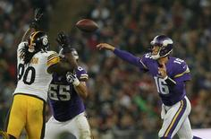 Minnesota Vikings quarterback Matt Cassel throws in the fourth quarter as Pittsburgh Steelers nose tackle Steve McLendon (L) defends during their NFL football game at Wembley Stadium in London, September 29, 2013. In center is Vikings center John Sullivan. REUTERS/Eddie Keogh