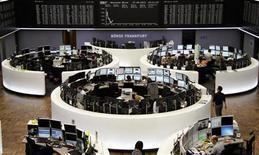 Трейдеры на торгах фондовой биржи во Франкфурте-на-Майне 27 сентября 2013 года. Европейские фондовые рынки снижаются после серии отставок с министерских постов однопартийцев бывшего премьер-министра Италии Сильвио Берлускони, что грозит новыми выборами в Италии. REUTERS/Remote/Stringer