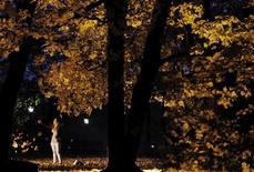 Девушка в заповеднике Коломенское в Москве 12 октября 2010 года. Первые дни начинающегося во вторник октября в Москве будут холодными, ожидают синоптики. REUTERS/Denis Sinyakov