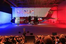 Airbus célèbre lundi à Séville la livraison du premier avion de transport militaire A400M mais ce programme, le plus important à l'échelon européen dans la défense, pourrait bien être le dernier du genre avant longtemps. /Photo prise le 30 septembre 2013/REUTERS/Marcelo del Pozo