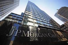 JPMorgan Chase, à suivre lundi sur les marchés américains. La banque pourrait annoncer dès mardi un règlement à l'amiable de plusieurs milliards de dollars pour mettre fin à des enquêtes portant sur la vente de crédits immobiliers avant la crise financière. /Photo prise le 19 septembre 2013/REUTERS/Mike Segar