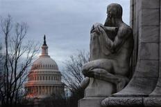 Здание Капитолия в Вашингтоне во время рассвета 1 марта 2013 года. Время, в течение которого еще можно избежать приостановки работы отдельных госучреждений в связи с прекращением финансирования работы федерального правительства, быстро истекает, а республиканцы и демократы выжидают, в надежде, что нервы первыми сдадут у противоположной стороны и проблема дальнейшего финансирования будет решена. REUTERS/Jonathan Ernst