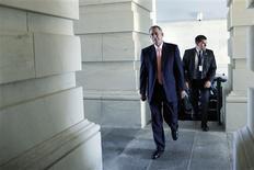 El presidente de la Cámara de Representantes de Estados Unidos, John Boehner, a su llegada al Capitolio junto con su agente de seguridad en Washington, sep 30 2013. El presidente de la Cámara de Representantes de Estados Unidos, John Boehner, no dio señales el lunes de que los republicanos cederían en su insistencia de vincular el proyecto para financiar al Gobierno federal a un aplazamiento de un año de la ley de salud estrella del presidente Barack Obama. REUTERS/Jonathan Ernst