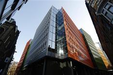 El edificio en St Giles donde Google tiene sus oficinas en Londres, abr 23 2013. Google, interrogada dos veces el último año por una comisión parlamentaria a raíz de sus prácticas tributarias en Gran Bretaña, pagó impuestos por 35 millones de libras esterlinas (55 millones de dólares) en el 2012 en base a ingresos en el país por 4.900 millones de dólares, según muestra su contabilidad. REUTERS/Luke Macgregor