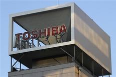 Imagen de archivo del logo de Toshiba al tope de su edificio corporativo en Tokio, ene 31 2013. Toshiba Corp dijo el lunes que despedirá al 50 por ciento del personal de su deficitaria unidad de fabricación de televisores y cesará la producción en dos de sus tres fábricas en el extranjero antes del fin de este año fiscal. REUTERS/Shohei Miyano