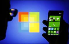 La part de marché de Windows Phone de Microsoft dans les smartphones a dépassé 10% sur certains marchés clés en Europe, portée par les modèles d'entrée et de milieu de gamme de Nokia, a rapporté lundi un cabinet d'études. /Photo prise le 3 septembre 2013/REUTERS/Dado Ruvic