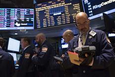 Traders au New York Stock Exchange. La Bourse de New York a fini en baisse de 0,84% lundi, les chances qu'un accord de dernière minute soit conclu pour sortir de l'impasse budgétaire à Washington paraissant minces. L'indice Dow Jones des 30 industrielles a perdu 0,84%, le S&P-500 a reculé de 0,60% et le Nasdaq Composite a cédé 0,27%. /Photo prise le 30 septembre 2013/REUTERS/Brendan McDermid