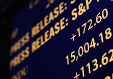 Табло на Нью-Йоркской фондовой бирже 3 мая 2013 года. Акционеры российской платежной системы Qiwi могут привлечь около $288 миллионов от вторичного размещения акций (SPO) компании по цене $30,50 за акцию, сообщила Qiwi во вторник. REUTERS/Brendan McDermid