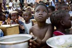 Дети стоят в очереди за едой у пункта раздачи Всемирной продовольственной программы в Жакмеле 28 января 2010 года. Каждый восьмой человек на нашей планете испытывает хронический голод, а некоторые регионы могут не достичь цели сократить вдвое число недоедающих к 2015 году, предупредили во вторник продовольственные агентства ООН. REUTERS/Marco Dormino/UN/MINUSTAH/Handout
