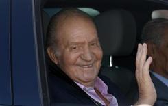Rei da Espanha, Juan Carlos, acena de seu carro ao deixar o hospital em Pozuelo de Alarcón, nos arredores de Madri. O rei Juan Carlos recebeu nesta terça-feira alta médica depois de ser submetido na semana passada a uma operação para implantar uma prótese temporária no quadril esquerdo. 1/10/2013. REUTERS/Sergio Perez