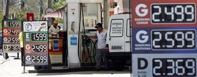 Un trabajador se prepara para llegan su vehículo con gasolina en una gasolinera de Sao Paulo, ago 22 2013. La producción de petróleo en Brasil se elevó a 2,011 millones de barriles por día en agosto, un incremento de un 1,9 por ciento en relación al mes anterior, informó el martes la Agencia Nacional de Petróleo, Gas Natural y Biocombustibles (ANP). REUTERS/Paulo Whitaker