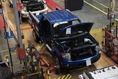 Ligne de production du pick-up F-150 de Ford à Dearborn. Le marché automobile américain a tourné au ralenti en septembre, subissant comme attendu sa première baisse en rythme annuel depuis plus de deux ans, selon les chiffres publiés mardi par les constructeurs. /Photo prise le 16 septembre 2013/REUTERS/Rebecca Cook