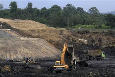 Trucks and machinery are pictured at a PT Exploitasi Energi Indonesia Tbk coal mine at Palaran district in Samarinda, Indonesia east Kalimantan province, in this September 14, 2013 file photo. REUTERS/Zevanya Suryawan/Files