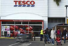 Les ventes de Tesco, numéro un de la distribution en Grande-Bretagne, sont inchangées sur son marché intérieur lors du trimestre écoulé, le milliard de livres (1,2 milliard d'euros) investi pour y relancer son activité n'ayant pas encore porté ses fruits. /Photo d'archives/REUTERS/Paul Hackett