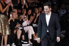 UMarc Jacobs salue les invités après la présentation du prêt-à-porter Louis Vuitton pour l'étét prochain. Selon une source proche du groupe, Marc Jacobs quitte Louis Vuitton, première marque mondiale de luxe et principal centre de profit de LVMH. /Photo prise le 2 octobre 2013/REUTERS/Benoît Tessier