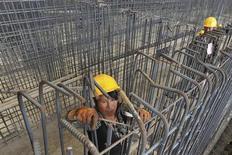 Chantier dans la province chinoise du Dalian. La Banque asiatique de développement (BAD) a réduit mercredi ses prévisions de croissance pour les économies en développement de la région. Pour la Chine, elle prévoit désormais une croissance de 7,6% cette année puis de 7,4% en 2014, au lieu de précédentes estimations de 7,7% et 7,5% en juillet. /Photo prise le 29 mai 2013/REUTERS/China Daily