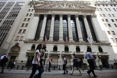 Wall Street a ouvert en baisse mercredi après des chiffres décevants sur l'emploi et alors que les investisseurs s'inquiètent de savoir quand le bras de fer budgétaire au Congrès prendra fin. En ce deuxième jour de fermeture des agences gouvernementales, l'indice Dow Jones perd 0,4% dans les premiers échanges. /Photo d'archives/REUTERS/Lucas Jackson