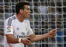 Jogador do Real Madrid Gareth Bale reage durante partida pela primeira divisão do Campeonato Espanhol contra o Atlético de Madrid, no estádio Santiago Bernabéu, em Madri. Bale, o jogador mais caro do mundo, sofreu uma lesão muscular na coxa esquerda, informou o clube espanhol nesta quarta-feira. 28/09/2013. REUTERS/Juan Medina