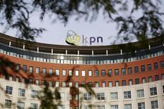 La casa matriz de la firma de telecomunicaciones holandesa KPN en La Haya, oct 2 2013. Los accionistas del grupo de telecomunicaciones holandés KPN aprobaron el miércoles la venta de su filial alemana E-Plus a la filial alemana de Telefónica por 8.550 millones de euros (11.600 millones de dólares), abriendo el camino un aumento de sus inversiones y volver a pagar dividendos. REUTERS/Phil Nijhuis