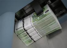 La nouvelle taxe sur les entreprises introduite par le gouvernement dans le projet de loi de finances 2014 (PLF) sera finalement assise sur l'excédent net d'exploitation afin de ne pas pénaliser l'investissement, selon le quotidien Les Echos sur son site internet. /Photo d'archives/REUTERS/Leonhard Foeger
