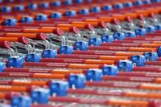 Carrinhos de compras são vistos em frente a uma loja da Sainsbury em Londres. A J Sainsbury, terceira maior rede de supermercados da Inglaterra, atingiu as previsões com uma escalada nas vendas trimestrais, impulsionadas por um crescimento nas vendas online e em lojas de conveniência locais, superando concorrentes como a líder de mercado Tesco. 08/05/2013 REUTERS/Stefan Wermuth